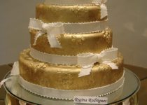 bolo de casamento branco e dourado