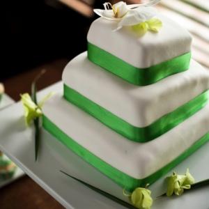 bolo de casamento verde e branco